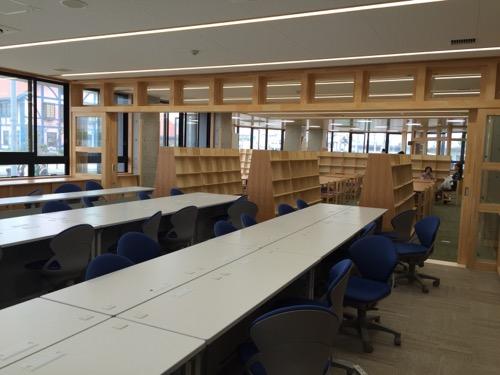 余土中学校の新校舎棟1階のパソコン室と図書室