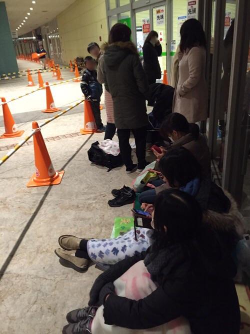 エミフルMASAKIの店舗入口前で初売りのための順番待ちをしている人々(2016年1月1日午前6時35分)