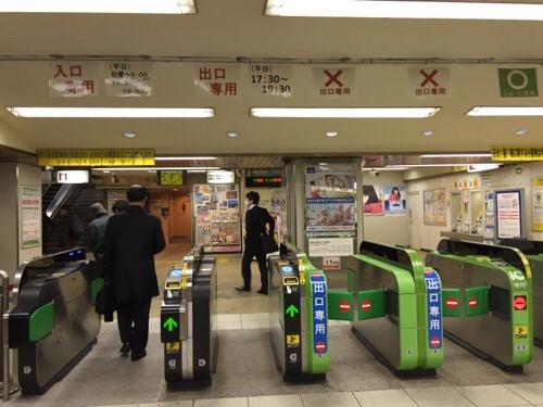 2015年12月4日午前6時9分頃のJR金町駅の改札口前の様子