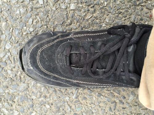 靴底が剥がれた靴を履いた時の様子