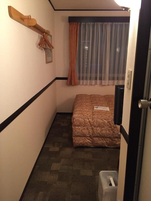 東横イン名古屋丸の内の客室入口付近から室内を見た様子