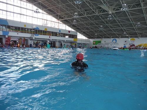 イヨテツスポーツセンターの室内プールで泳ぐ小学6年生の娘