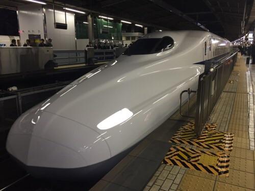 名古屋駅新幹線ホームに停車した新幹線のぞみ51号博多行