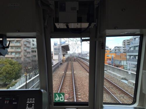 東京メトロ千代田線の電車内運転士席側の窓から見える北綾瀬駅に到着しつつある風景