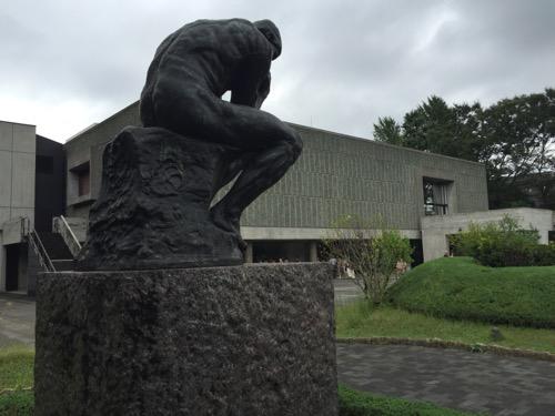 国立西洋美術館の屋外にある考える人の像(後ろからの写真)と国立西洋美術館