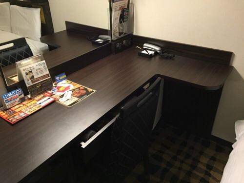 アパホテル新橋御成門の客室内ー机