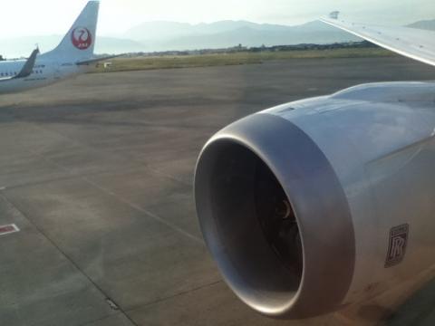 ANA 582便の右翼のエンジン付近の座席から見た松山空港離陸前後の風景
