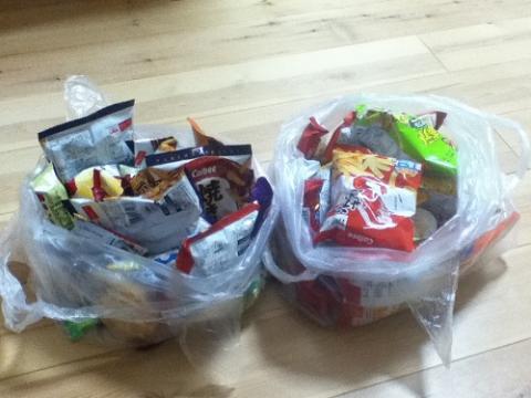 「もーてーこい!」と言いながら提灯行列で頂く大量のお菓子(愛媛県松山市の地方祭)