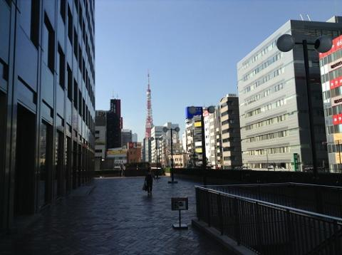 東京タワーを眺めながら、浜松町駅から大門駅に向かう