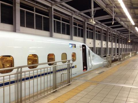 小倉駅で新幹線を降り、駅前のクリスマスイルミネーションを眺める