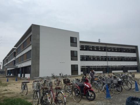 余土中学校 新校舎見学会に参加。愛媛県材の木造の床、壁、教室が綺麗。