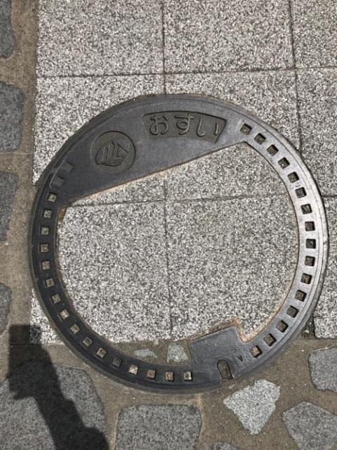 石川県白山市のマンホールの蓋 - JR松任駅前