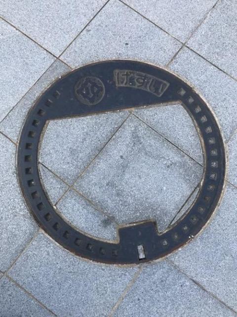 福井県福井市のマンホールの蓋 - JR福井駅西口駅前