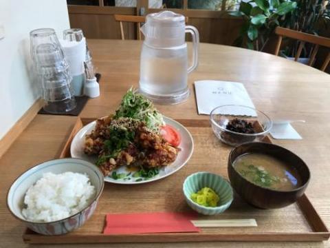 キッチンホリグチの日替わり定食「唐揚げの油淋鶏ソース」、食後のダージリンティーがおいしい