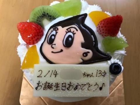 娘、13歳の誕生日を「ケーキ工房 あるもに」の誕生日ケーキ(鉄腕アトムの絵入り)で祝う