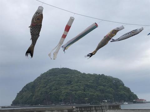 北条鹿島を臨む港湾の上空を泳ぐ鯉のぼり