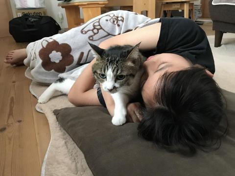 寝ている中学3年生の娘の腕から脱出する猫 - ゆきお
