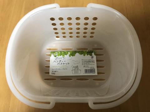 100円ショップ・セリアのお風呂用のかごに入る猫-ゆきお
