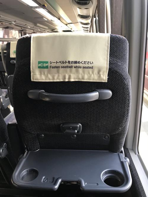 濃飛バスの飛騨古川発・新宿行の高速バス車内の座席背もたれ裏側のテーブルを開いた状態時の様子