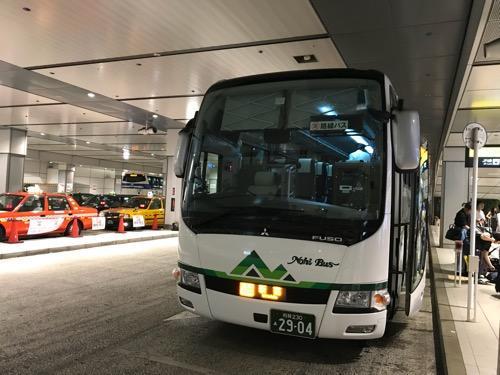 バスタ新宿に到着して停車中の濃飛バスの飛騨古川発・新宿行の高速バス