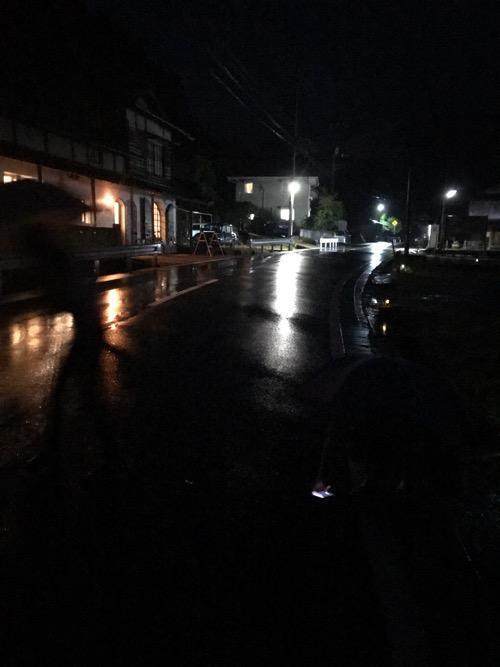 雨滝ほたるの里の駐車場前の道路(写真撮影日時:2018年6月10日20時6分)