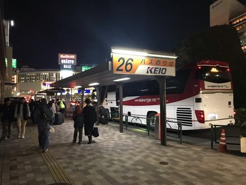 新宿西口 明治安田生命ビル前26番のりば(バス停)に停車中のオレンジライナー号