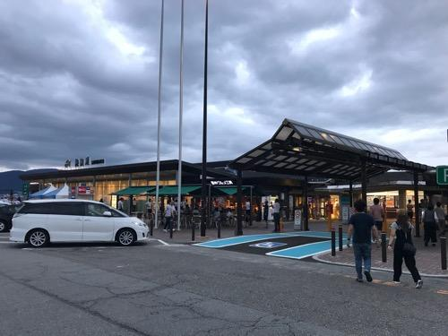 諏訪湖サービスエリアの建物外観、駐車場