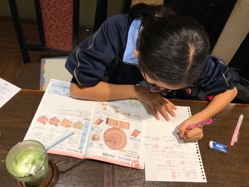羅座亜留 藤原店で勉強をする中学一年生の娘