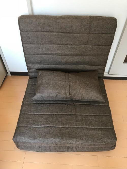 座椅子タイプに変形させたリクライニングソファ BONOと付属のクッション