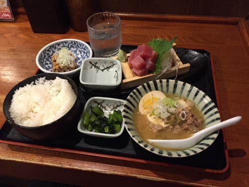 居酒屋・天狗の「肉豆腐とまぐろぶつ切りセット(納豆付)
