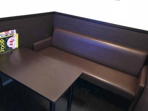カラオケルーム歌広場金町北口駅前店のルーム内、テーブル、ソファー