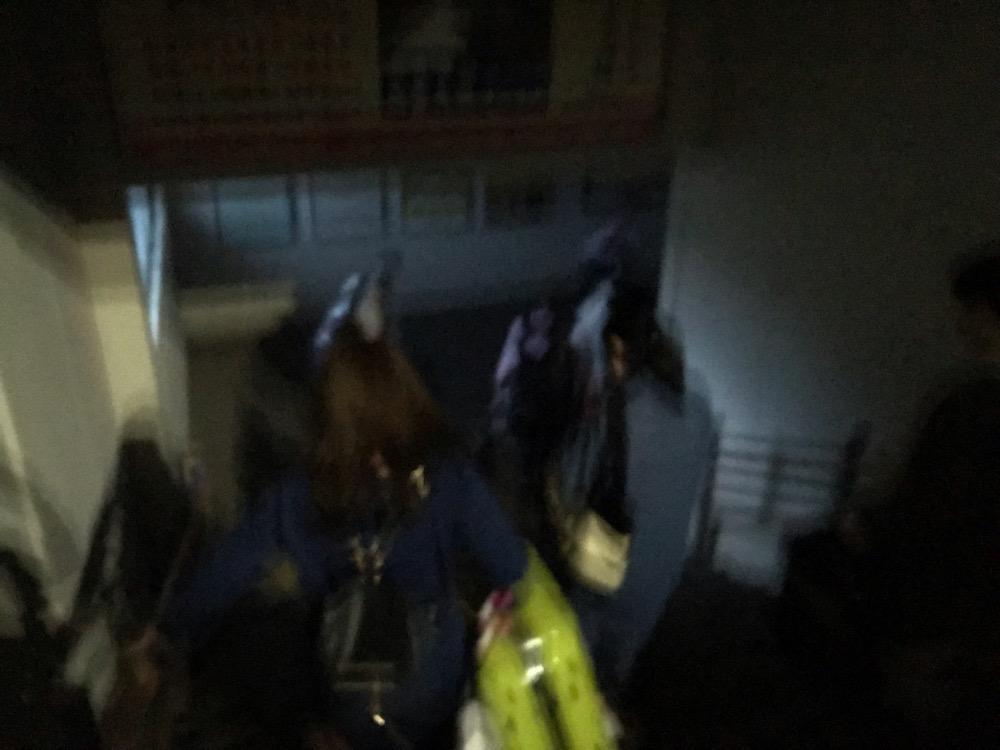 和邇駅の連絡通路を歩く乗客達