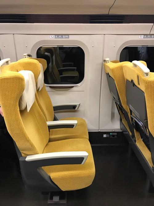 新幹線こまち40号15号車12番A席周辺の座席