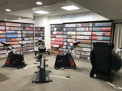 新潟第一ホテルのコミックルームとサイクリングマシン