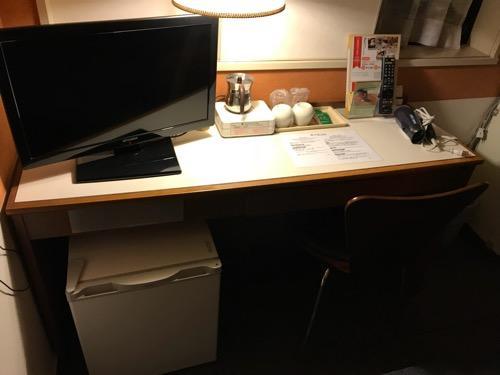 新潟第一ホテルのダブルルームの机と椅子とテレビ