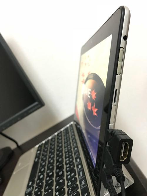 NECのタブレットPC(NEC PC-TW710CBS LAVIE Tab W)のmicro HDMI端子差込口に100円ショップ・ダイソーのHDMI変換アダプタを装着した時の様子