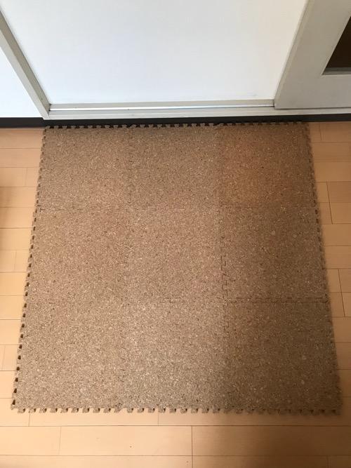 アイリスオーヤマ ジョイントマット コルク ナチュラル 31.5×31.5㎝ JTM-32(CRK)を9枚正方形状に並べて床に置いた様子