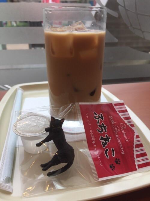 カフェベローチェ新橋四丁目店で注文したアイスカフェオーレとふちねこのだらり