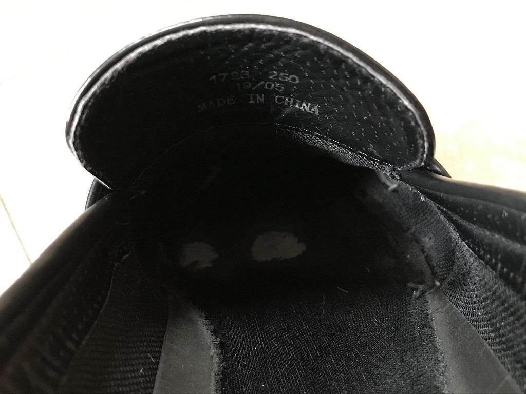 靴の中・足先付近のクッション部分に穴が空いたビジネスシューズ