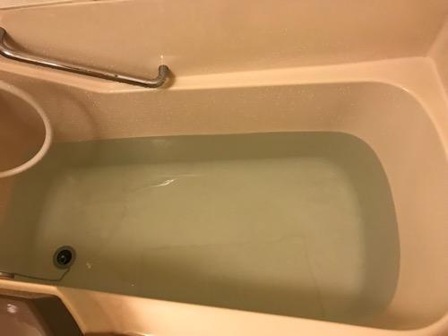 ニイガタステーションホテルのシングルルームの浴槽にお湯をためた時の様子