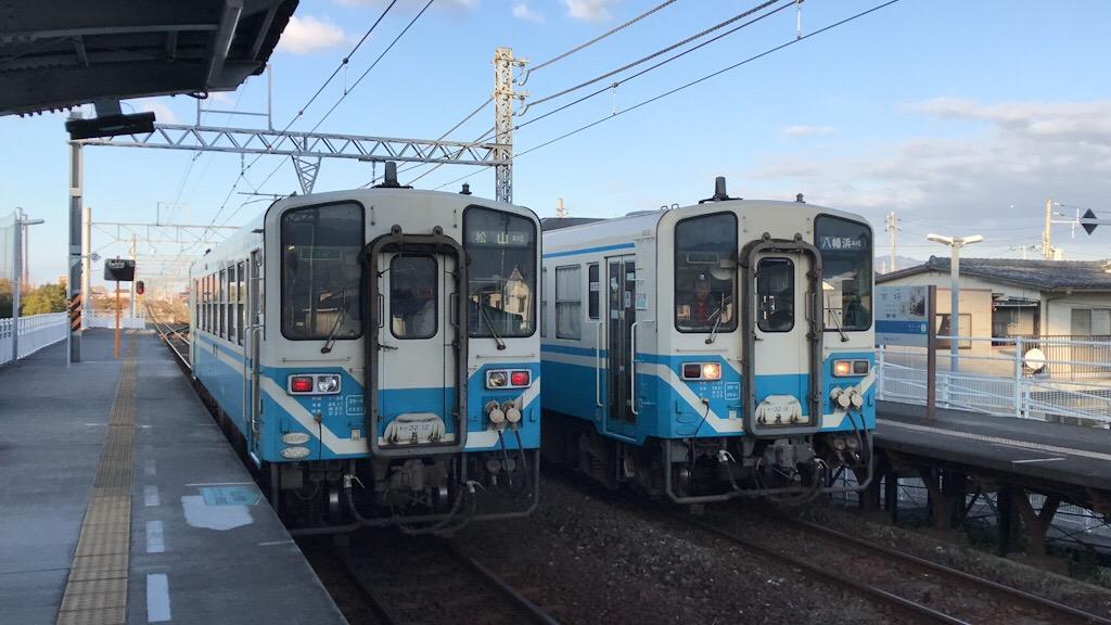 JR市坪駅に停車中の松山行きと八幡浜行きの普通列車