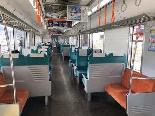 飯田線・天竜峡行きの普通列車の車内(座席の裏側)