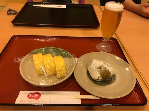 見奈良天然温泉利楽のグラスビール、おにぎり、だし巻き玉子