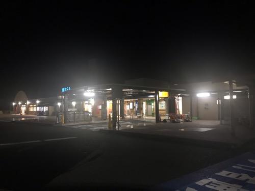 豊浜サービスエリアの建物外観(夜が明けていない早朝)