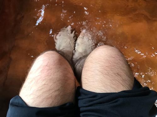 平湯バスターミナルの足湯で両足を癒している様子