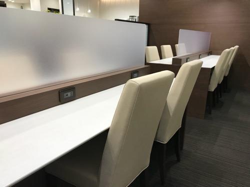 松山空港の2階にあるビジネスラウンジ内の机と椅子