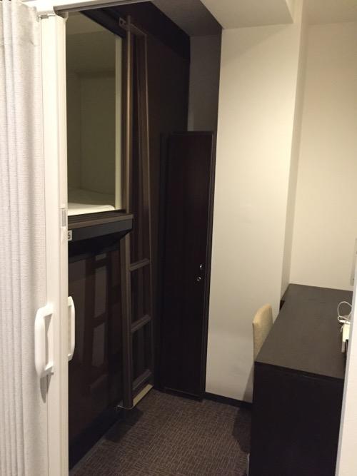 カプセルホテルCUBE広島のプライベートキャビン内の様子