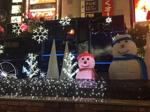 新橋SL広場クリスマスイルミネーションで飾られた蒸気機関車と雪だるまとサンタクロース