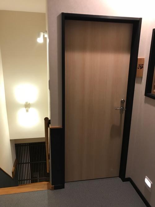 湯之谷温泉のゲストハウス部屋「海」への扉と1階への階段
