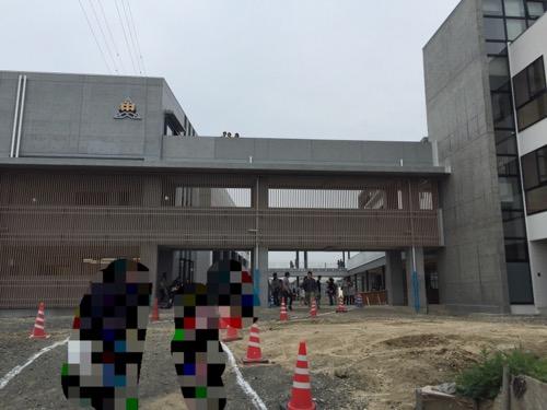 余土中学校 新校舎の正門付近から見た外観